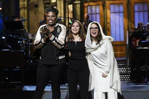 'saturday night live': watch tina fey join felicity jones to pay tribute to carrie fisher