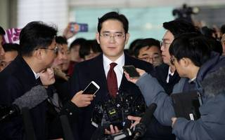 south korea prosecutors are seeking a warrant to arrest samsung chief
