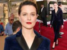 sag awards 2017: evan rachel wood rocks blue velvet blazer