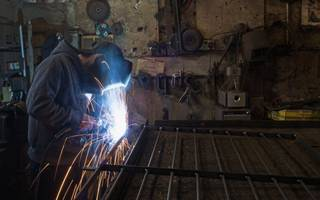 uk's sme manufacturers see new orders grow as price pressures rise