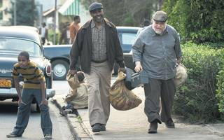 fences film review: incredible acting overcomes stagey direction in this denzel washington movie