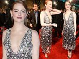 baftas 2017: emma stone is exquisite in a plunging dress