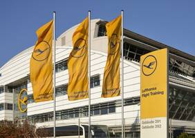 lufthansa agrees pay deal with pilot union