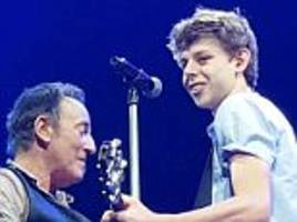 bruce springsteen fan let on stage to sing 'growin' up'