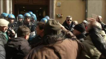 Uber threat drives noisy Italy protests by taxi drivers