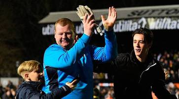 Pie-eating goalkeeper Wayne Shaw resigns from Sutton Utd after dug-out 'stunt'