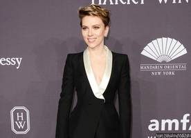 scarlett johansson all smiles during lunch date with mystery man after romain dauriac split
