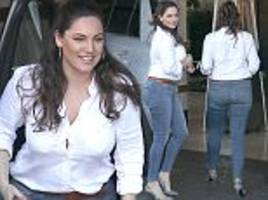 Kelly Brook shows off her curves in skintight jeans