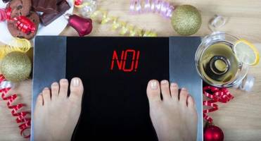Is starving all day to binge eat at night a good idea?