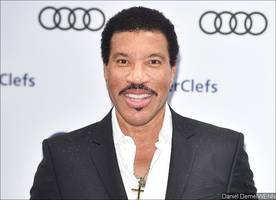 lionel richie puts 'all the hits tour' on hold due to knee surgery
