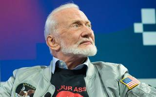 buzz aldrin has a plan to get humans to mars and he's set it out in vr