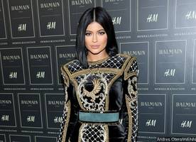 kylie jenner gets spin-off show centering on her cosmetic business