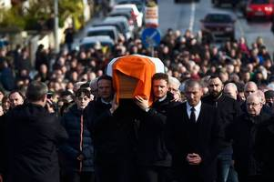 Watch as hundreds gather on streets of Derry to accompany the coffin of Martin McGuinness to his family home