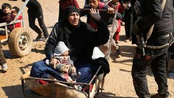 thousands flee mosul over fear of airstrikes