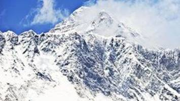 mount everest climbers asked to tidy world's tallest peak