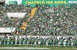 chapecoense fans give touching tribute to those who died in plane crash during cup final rematch