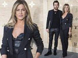 jennifer aniston cosies up to justin theroux in paris