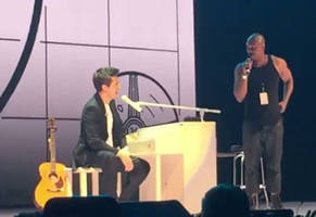 dave chappelle crashes a john mayer concert to give tribute to charlie murphy