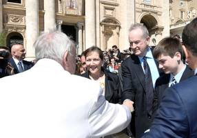 Bill O'Reilly gets fired from Fox News, shakes hands with Pope