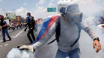 Venezuela: Protesters and police clash at opposition march