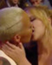 amber rose snogs amy schumer in sizzling mtv movie awards throwback