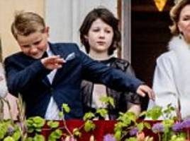prince sverre magnus dabs on the royal palace balcony