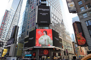 Lin Chiling appeared on the large screen in the Times Square in a Hanfu, a traditional Chinese dress
