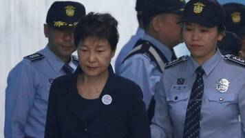 Park Geun-hye: S Korea trial of impeached president begins