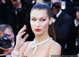 bella hadid enjoys dinner date with mystery hunk in rome and leaves with bouquet of roses