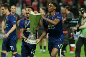 manchester united win europa league trophy