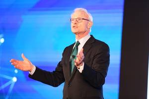 michael e. porter discusses strategy with a gathering of top industry leaders in mumbai