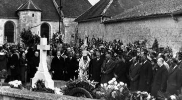 political rivals unite to condemn vandals who targeted tomb of charles de gaulle