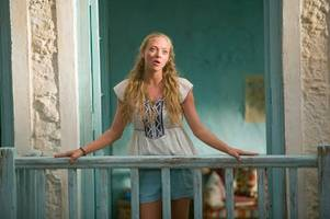 amanda seyfried officially returns for 'mamma mia!' sequel