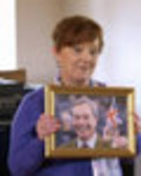 wife swap: brexit special star puts picture of nigel farage up on remainer's wall