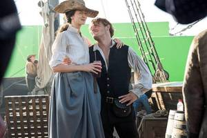 'outlander' season 3: new behind the scenes photo shows claire and jamie