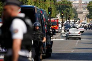 Car Rams Police Van on Paris' Champs Elysees, Driver Dead