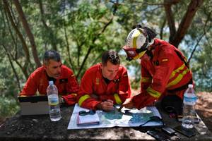 1,000 firefighters struggle to contain portugal forest fire