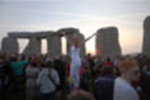 thousand witness the sunrise for summer solstice at stonehenge