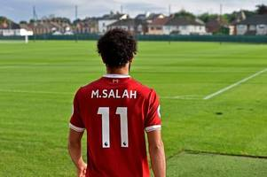 mohamed salah shows his appreciation to roberto firmino for giving up no.11 for liverpool's new arrival