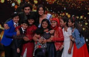 photos: ranbir kapoor and katrina kaif gets goofy on the sets of sa re ga ma pa lil champs