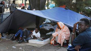 thousands of migrants evicted from paris street camp