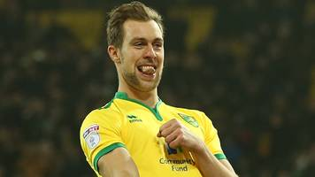 hibs: steven whittaker completes return after release by norwich city
