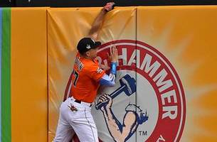 WATCH: Stanton ends up gloveless after trying to make leaping catch