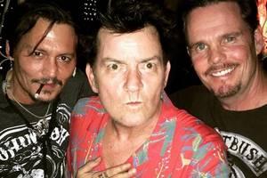 johnny depp, charlie sheen and kevin dillon trolled over 'platoon' reunion pic: 'you guys getting old' (photo)