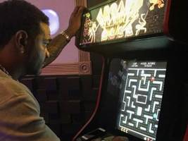 """jim jones dares anyone to see him in everyone's fave childhood game (& it's not mario kart): """"place ur bet whoever want this sauce"""""""