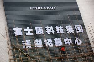 apple supplier foxconn unveils plan to build a $10 billion lcd factory in wisconsin