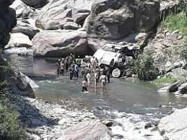 three amarnath pilgrims injured as boulder falls on bus <br/>