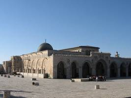 Jerusalem Muslim leaders OK resumption of prayers at Al-Aqsa Mosque