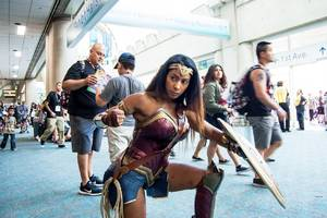 the popularity of wonder woman cosplay at comic-con is a message to hollywood