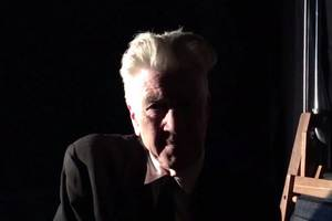 watch david lynch greet comic-con crowd with weird, amazing video at 'twin peaks' panel (video)